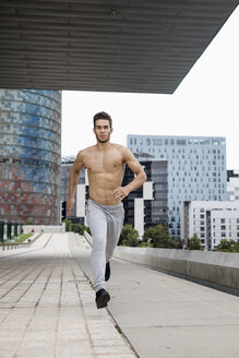 Young man jogging outdoor - MAUF01888
