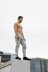 Young man during workout, standing on wall - MAUF01894