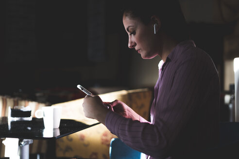 Woman working long hours, sitting in a coffee shop - ERRF00353