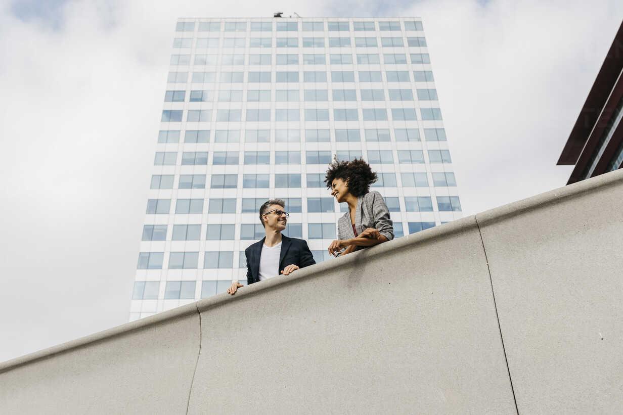 Two colleagues talking outside office building - JRFF02219 - Josep Rovirosa/Westend61