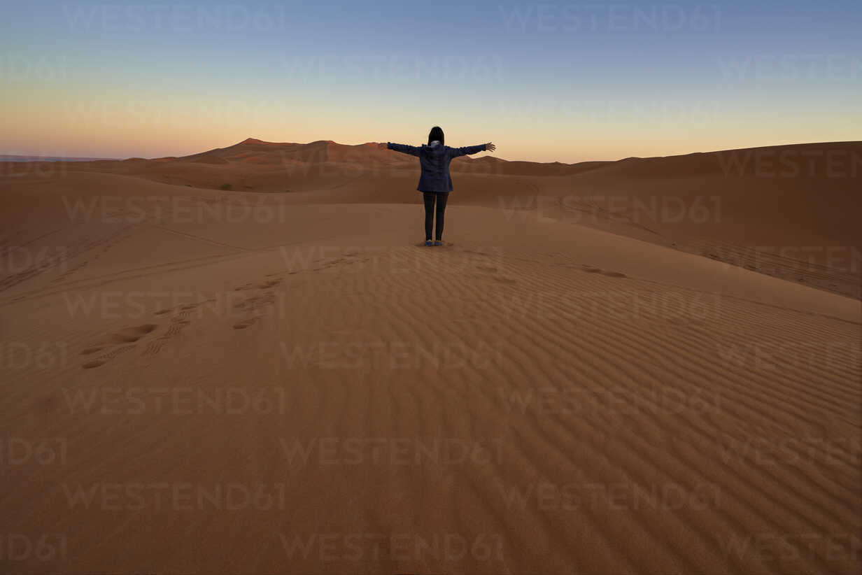 Morocco, back view of woman sitting on desert dune at twilight - EPF00507 - Maria Elena Pueyo Ruiz/Westend61
