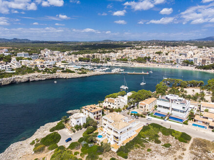 Spain, Baleares, Mallorca, Porto Cristo, Cala Manacor, coast with villas and natural harbour - AMF06441