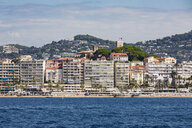 France, Provence-Alpes-Cote d'Azur, Cannes, apartment buildings at the beach, Le Suquet old town in the background - WDF04931