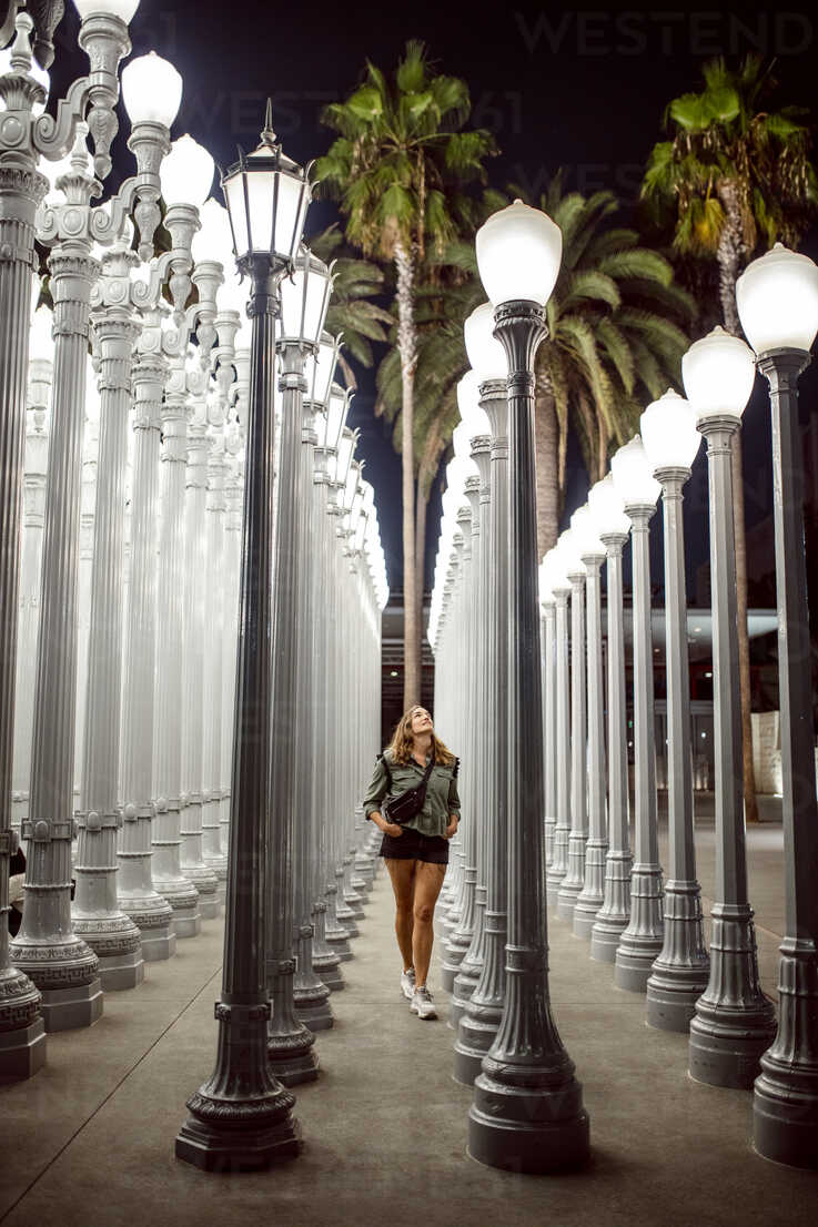 USA, California, Los Angeles, woman visiting Los Angeles County Museum of Art - DAW00830 - Daniel Waschnig Photography/Westend61