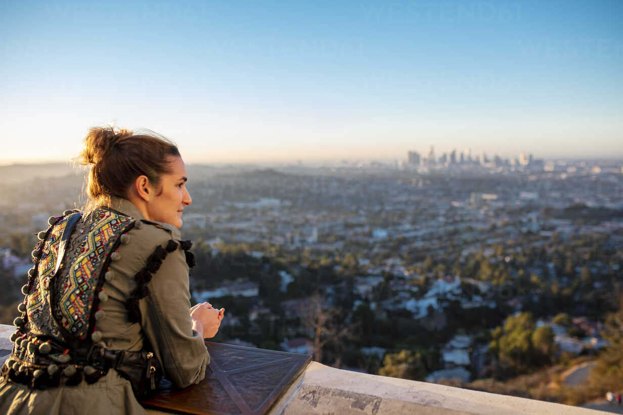 USA, California, Los Angeles, woman looking out from Griffith Observatory at sunrise - DAW00833 - Daniel Waschnig Photography/Westend61