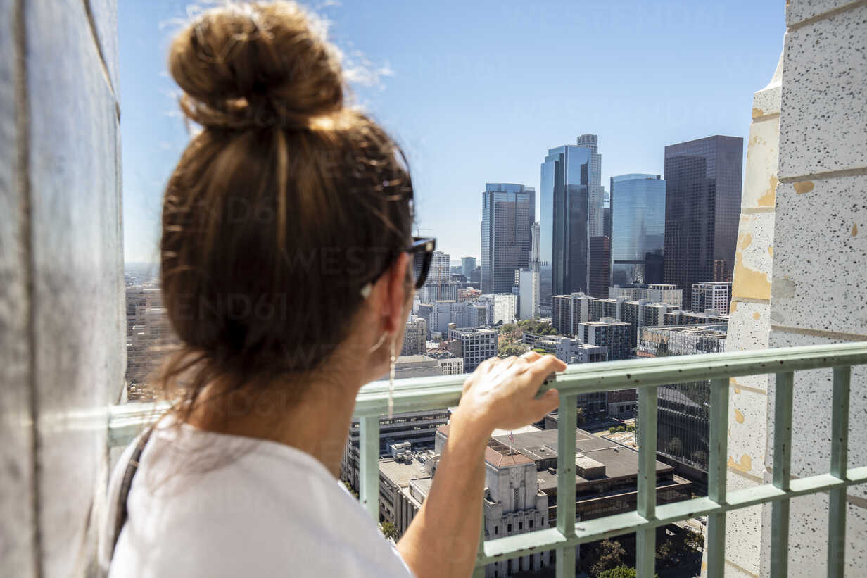 USA, California, Los Angeles, woman looking at the city from observation point - DAWF00836 - Daniel Waschnig Photography/Westend61