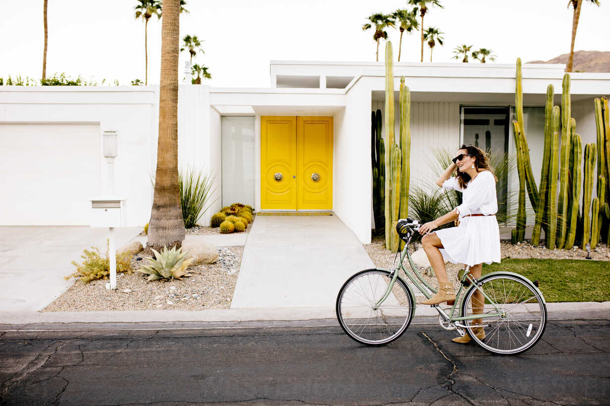 USA, California, Palm Springs, woman on bicycle on the street - DAWF00863 - Daniel Waschnig Photography/Westend61