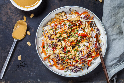 Warm rice salad with grated vegetables, peanut sauce and peanuts - SBDF03884