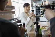 Sommelier leading wine tasting in store - HEROF01311