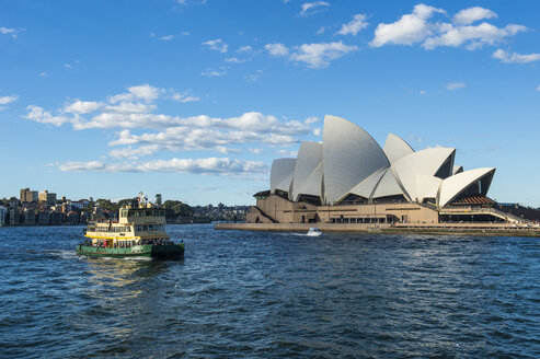 Australia, New South Wales, Sydney, Sydney Opera House and ferry - RUN00518