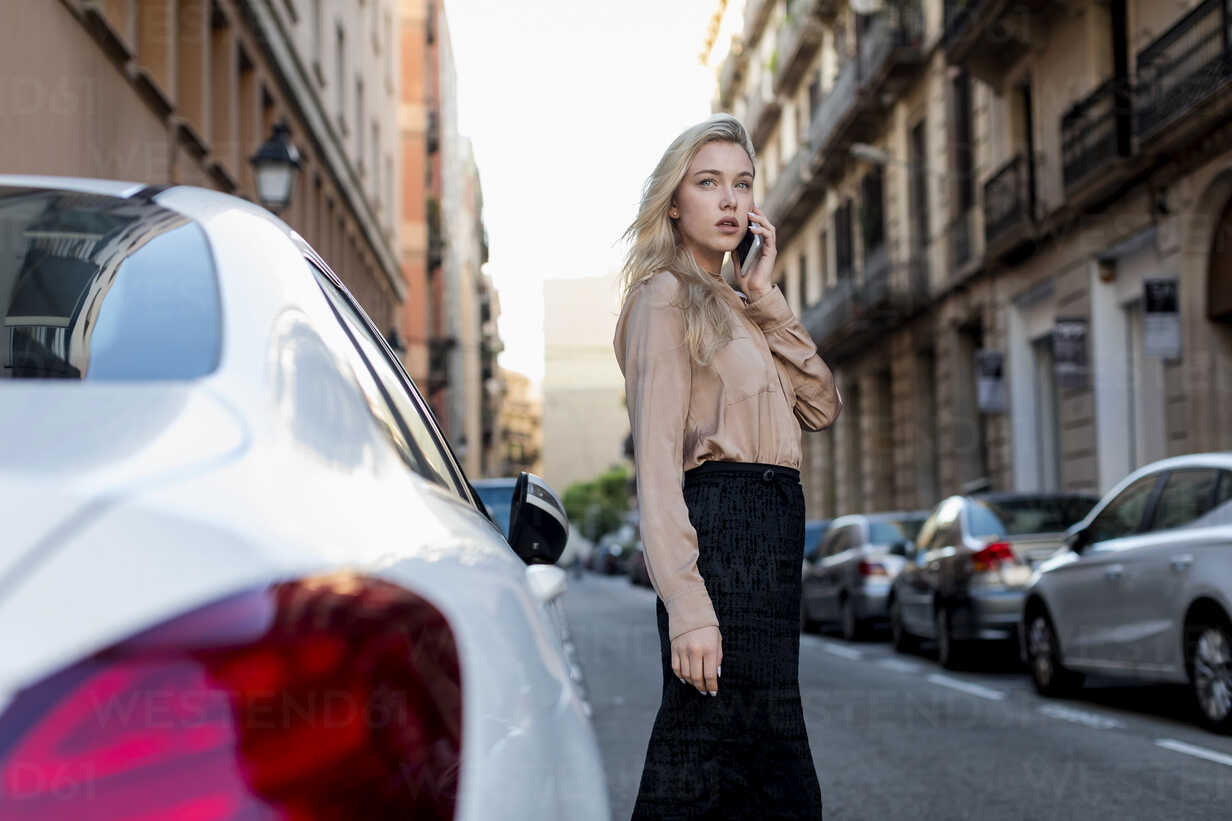 Young businesswoman on cell phone on city street - MAUF02105 - Mauro Grigollo/Westend61