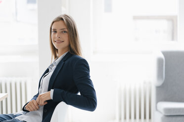 Young businesswoman in office, portrait - GUSF01736