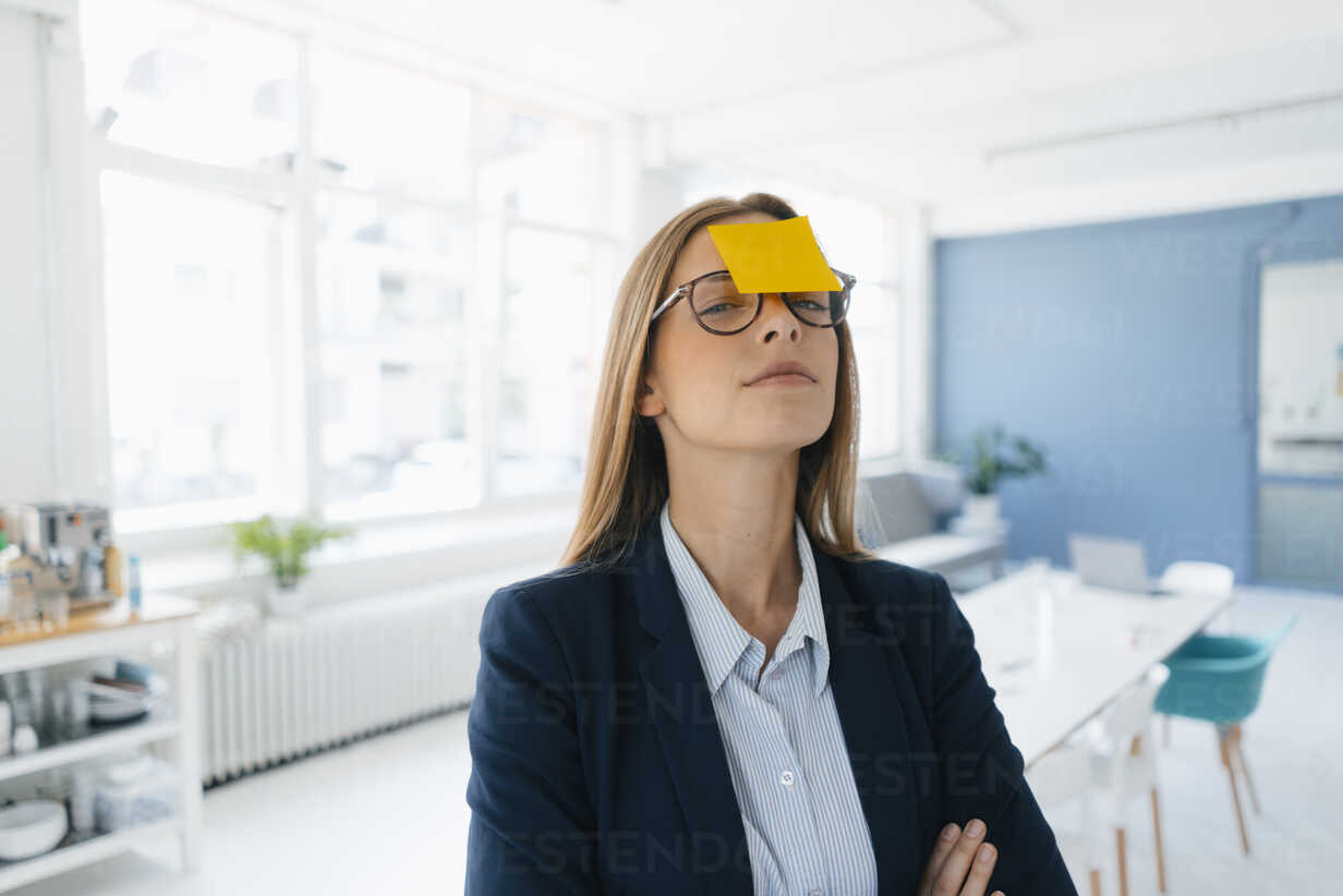 Young businesswman with yellow sticky note on her forehead - GUSF01745 - Gustafsson/Westend61