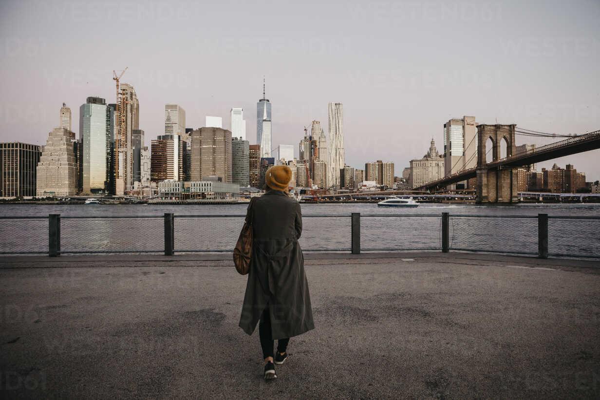 USA, New York, New York City, Brooklyn Bridge, Female tourist at East River - LHPF00313 - letizia haessig photography/Westend61