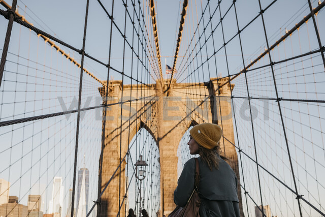 USA, New York, New York City, female tourist on Brooklyn Bridge in the morning light - LHPF00322 - letizia haessig photography/Westend61