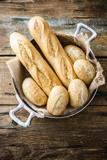 Two baguettes and four rye bread rolls in a pot - GIOF05263