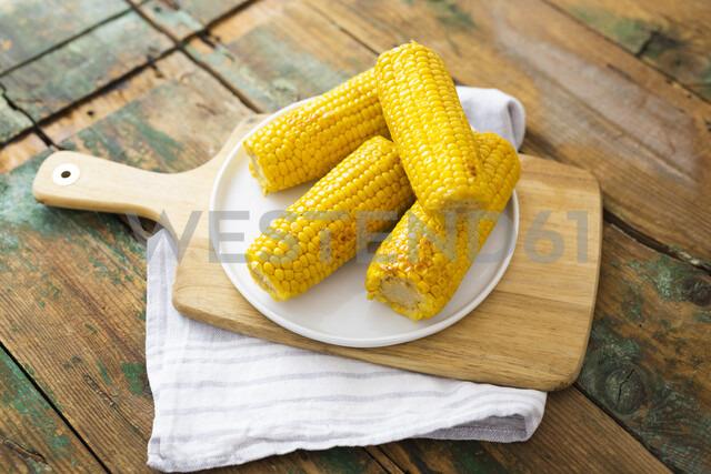 Corn cobs on plate - GIOF05286 - Giorgio Fochesato/Westend61
