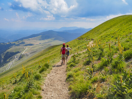 Italy, Umbria, Sibillini mountains, two children hiking mount Vettore - LOMF00784
