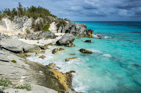 Bermuda, Rocky cliffs and beach, turquoise water - RUNF00647
