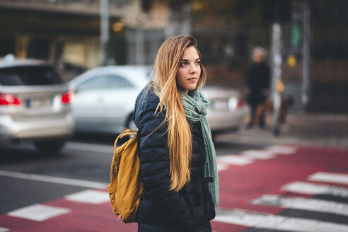 Portrait of young woman with backpack in the city - LOTF00009