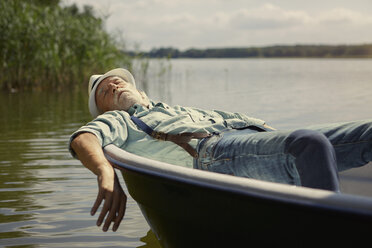 People- alter Mann - Best Ager Shooting. Mann am See mit Ruderboot. Seddinger See in Brandenburg - VWF00019