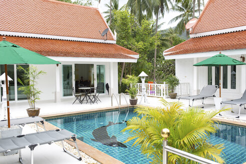 Thailand, holiday resort with swimming pool - MOMF00578