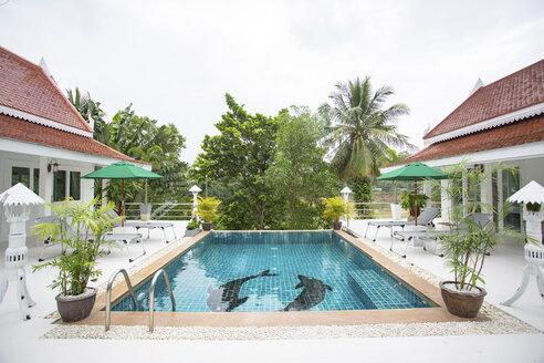 Thailand, swimming pool of holiday resort - MOMF00581
