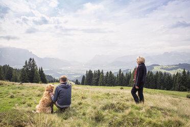 Mutter und Sohn genießen den Blick auf das Inntal, wandern im Kaisergebirge, Golden Retriever, Karspitze, Rettenschöss, Österreich - MAMF00279