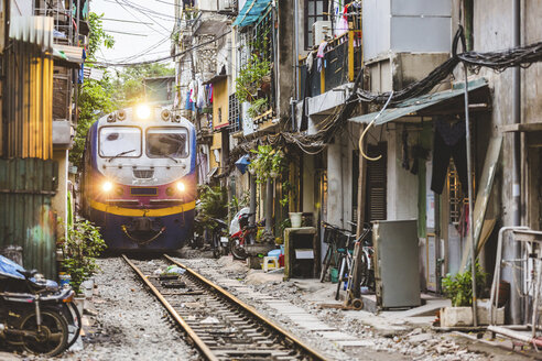 Vietnam, Hanoi, view of a railway crossing the city and passing very close to houses - WPEF01274
