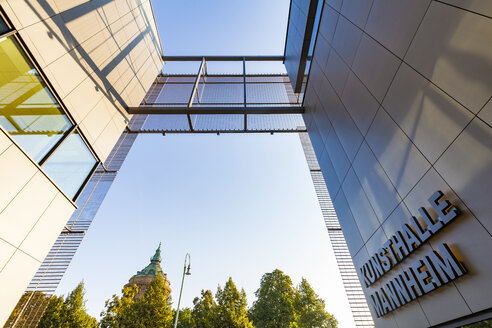 Germany, Mannheim, part of facades of new built art gallery with water tower in the background - WD05016