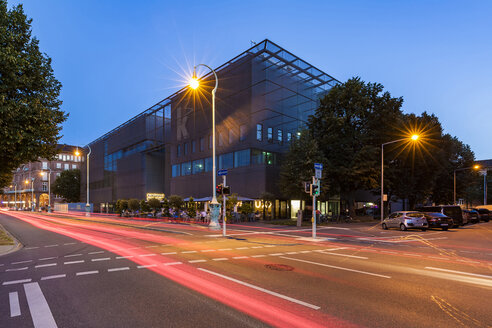 Germany, Mannheim, view to new built art gallery at blue hour - WD05019