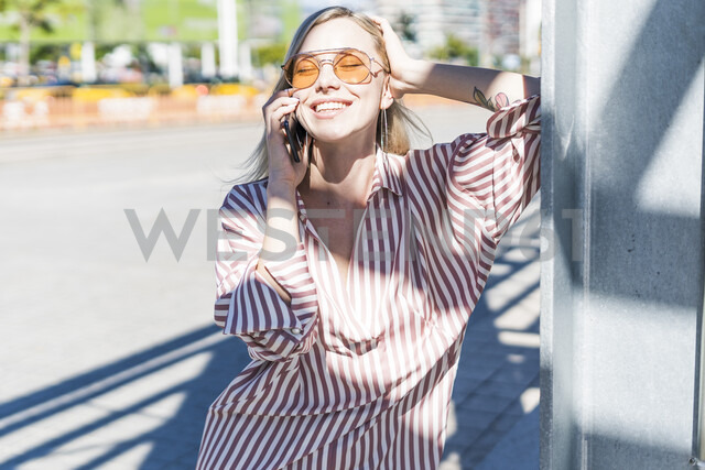 Portrait of happy young woman on the phone outdoors - GIOF05470 - Giorgio Fochesato/Westend61