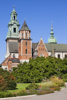 Poland, Krakow, Wawel Cathedral and garden, city landmark in Romanesque, Gothic, Baroque and Renaissance architectural styles. - ABOF00383