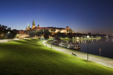Poland, Krakow, Wawel Castle, tranquil evening at Vistula River waterfront - ABOF00410