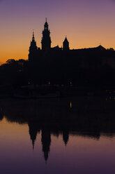 Poland, Krakow, Wawel Castle and Cathedral silhouette at twilight, reflection in Vistula River - ABOF00413