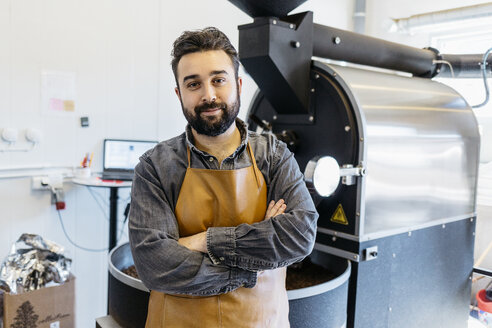 Small business owner in his coffee roaster shop - FOLF10004