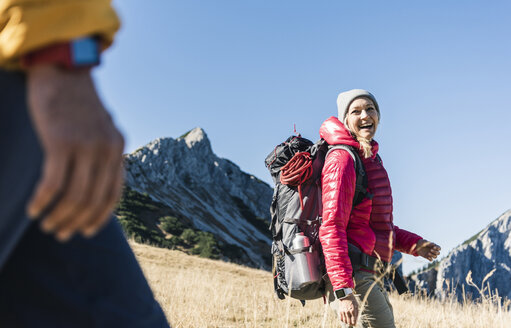 Austria, Tyrol, happy woman with man hiking in the mountains - UUF16382