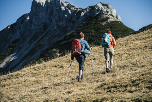 Austria, Tyrol, couple hiking in the mountains - UUF16406