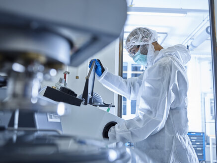 Chemist working in industrial laboratory - CVF01112