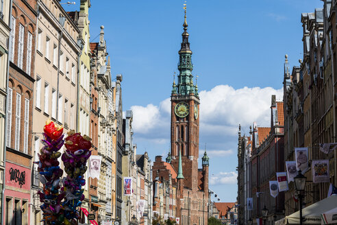 Poland, Gdansk, Hanseatic league houses with the town hall  in the pedestrian zone - RUNF00885