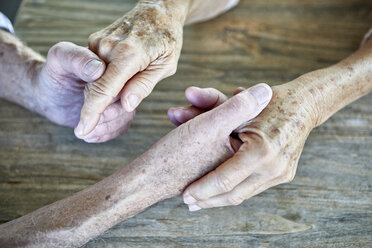 Senior couple holding hands, close-up - RBF06985