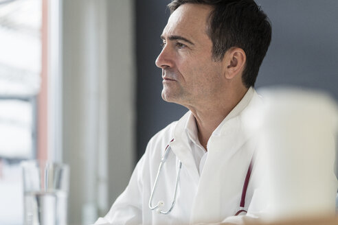 Portrait of thoughtful doctor in medical practice looking sideways - JOSF02772