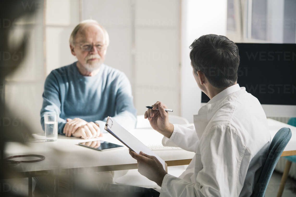Doctor talking to senior patient in medical practice - JOSF02775 - Joseffson/Westend61