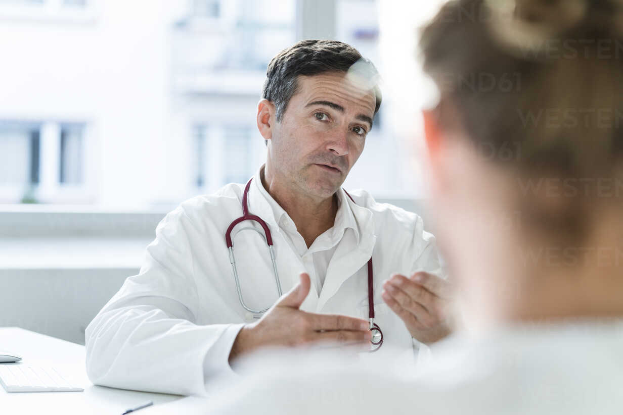 Portrait of doctor talking to patient in medical practice - JOSF02784 - Joseffson/Westend61