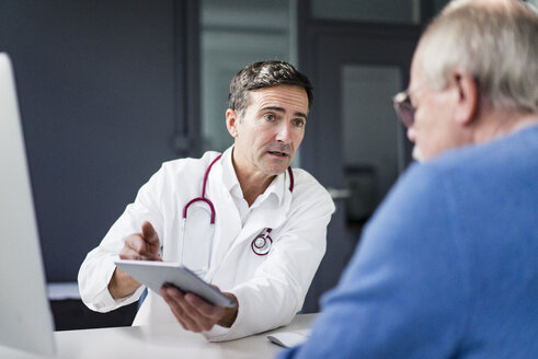 Doctor showing tablet to patient in medical practice - JOSF02808