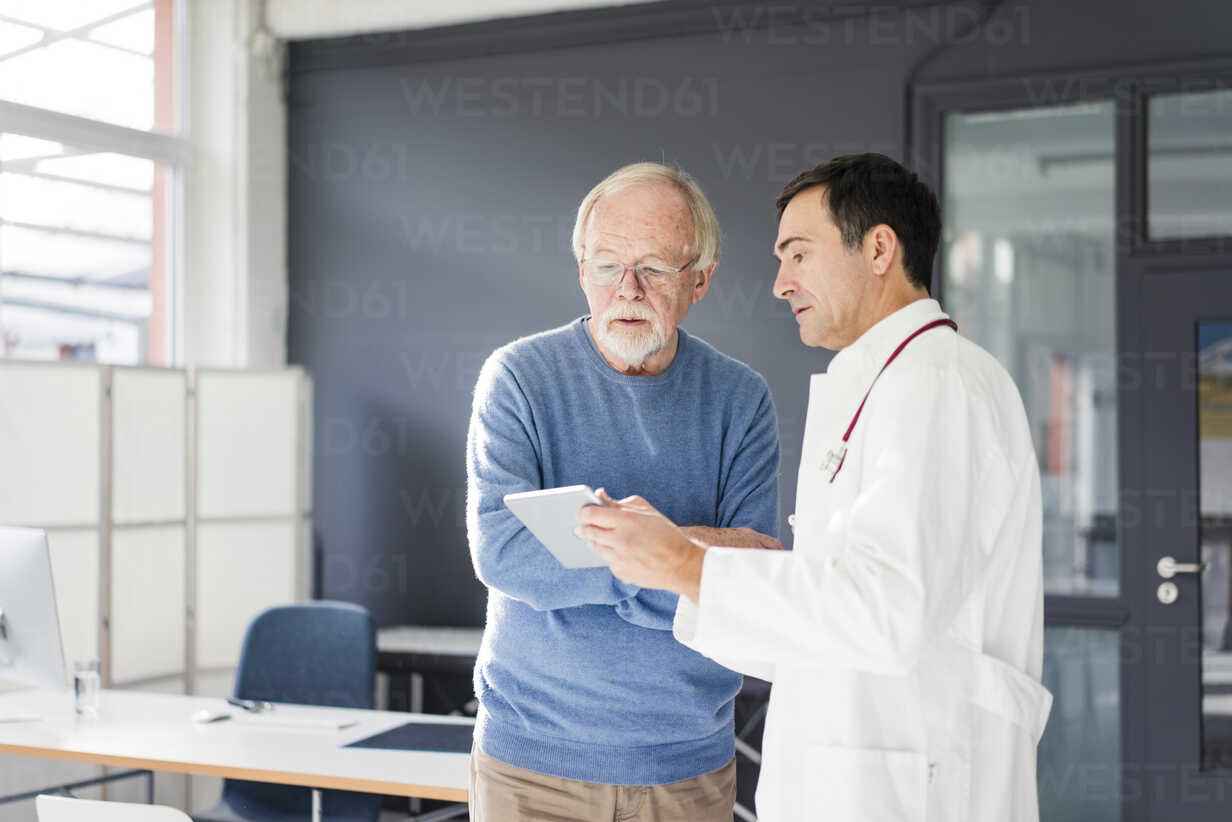Doctor showing tablet to patient in medical practice - JOSF02817 - Joseffson/Westend61
