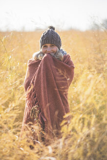 Portrait of smiling pregnant woman standing in asparagus field in autumn - ASCF00920