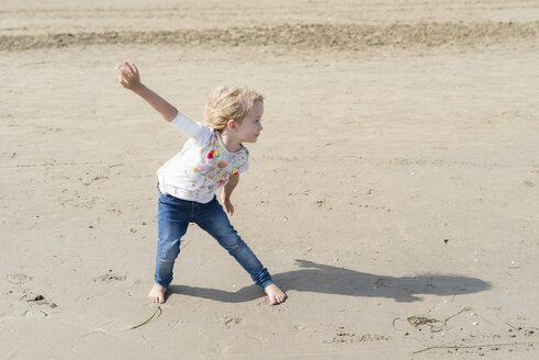 Playful little girl posing on the beach - PSIF00216