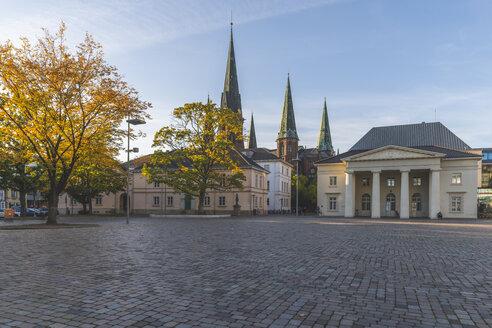 Germany, Lower Saxony, Oldenburg, old town, Scloosplatz and St. Lamberti church - KEBF01035