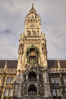 Deutschland, Bayern, München, der Glockenturm vom neuen Rathaus auf dem Marienplatz - ELF02003